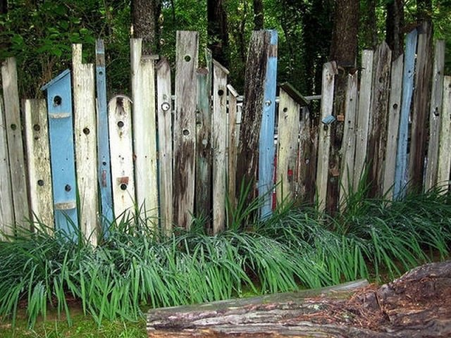 Valla con madera de diferentes palets