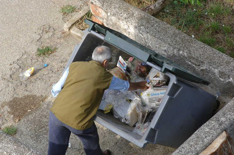 Francia prohíbe por ley a los supermercados tirar comida a la basura