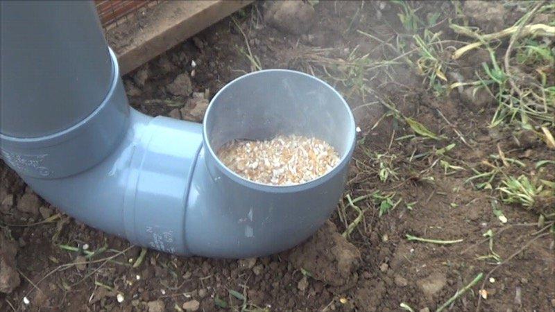 Como hacer un comedero para las gallinas 2