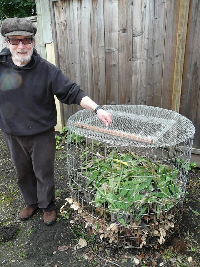 Una sencilla compostadora hecha con tela metálica 5