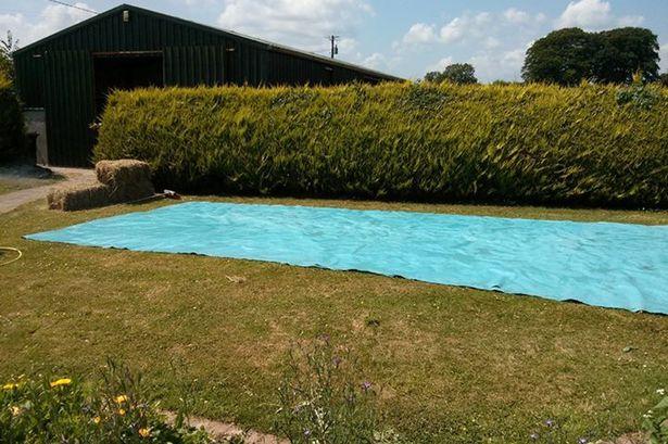 C mo construir una piscina con balas de paja for Como hacer una piscina con bloques