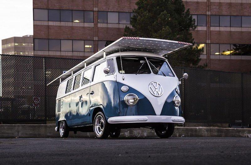 furgoneta Volkswagen de 1966 impulsada solo por energía solar