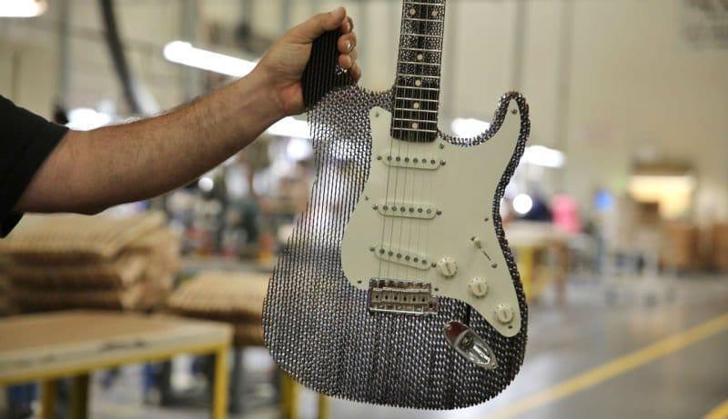 Una guitarra de cartón que no tiene nada que envidiar a las convencionales