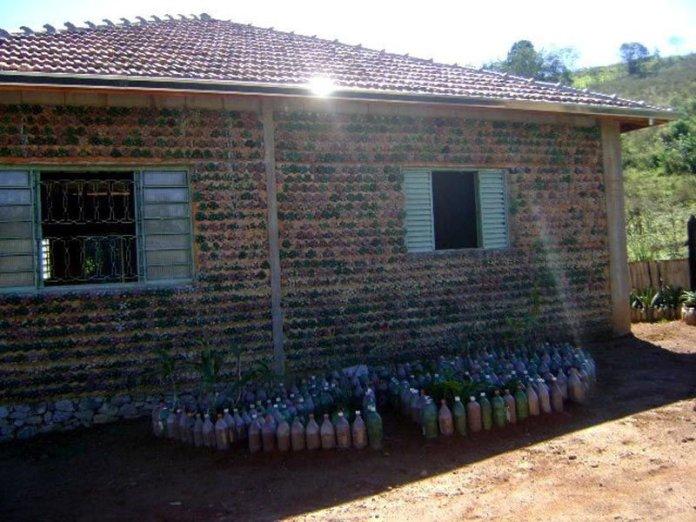 Resultado de imagen para construirán casas con botellas de plástico