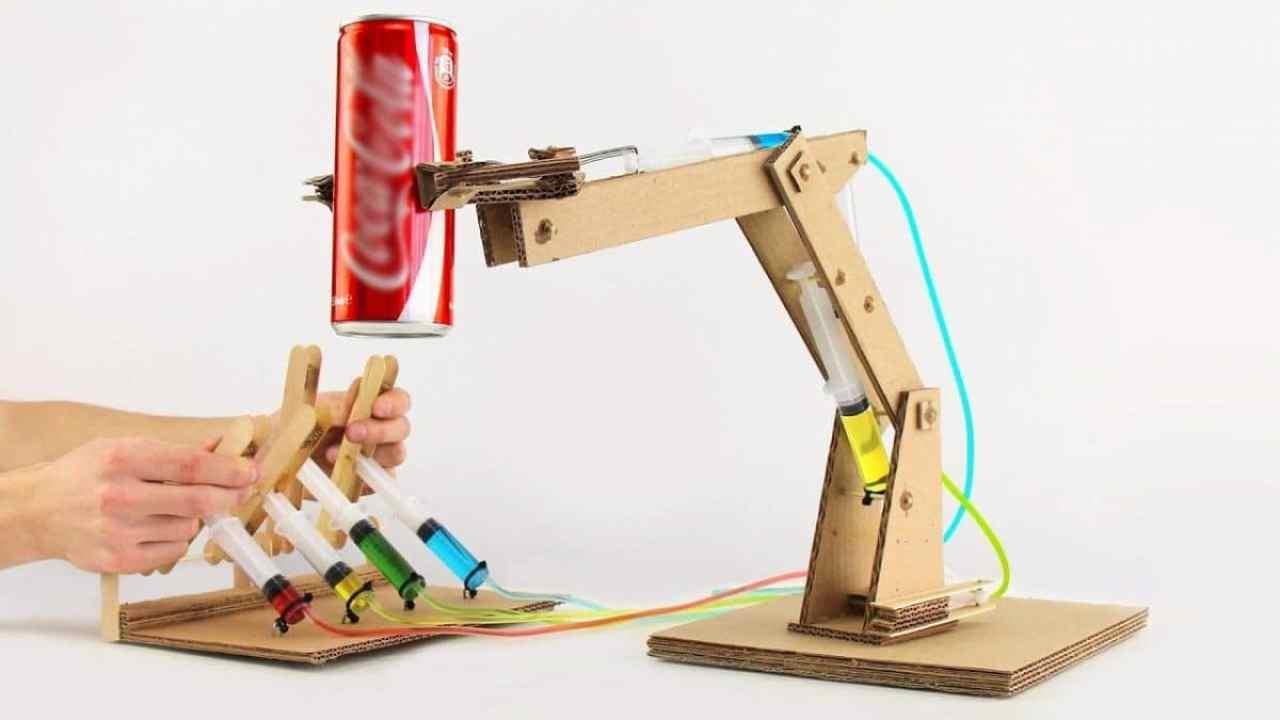 Cómo construir un brazo robot hidráulico de cartón