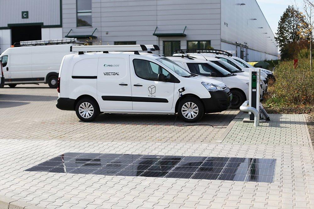 Hungría instala aceras solares para cargar coches eléctricos