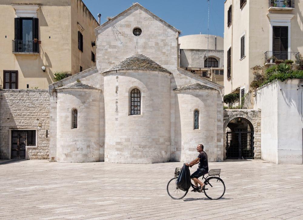 Ciclista en Bari, Italia