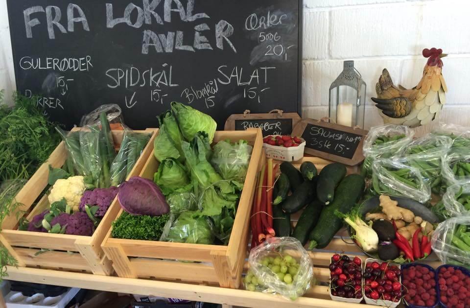 frugt og grønt på hylde i en gårdbutik