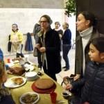 Des parents lors du marché de Noël 2018 de l'école Notre Dame de l'Espérance