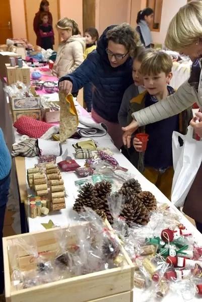 Des mamans faisant leur choix d'articles lors du marché de Noël 2018 de l'école Notre Dame de l'Espérance