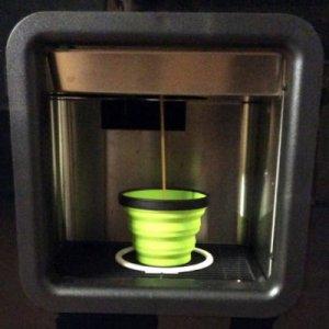 Café coulant dans un gobelet pliant