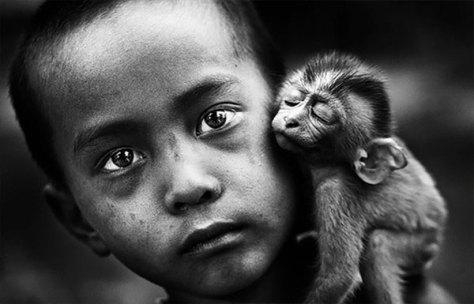 Niño y mono