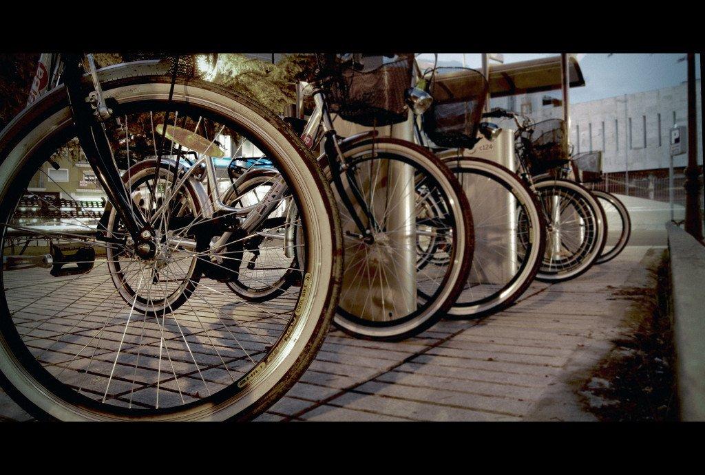 Bicicletas aparcadas en la ciudad