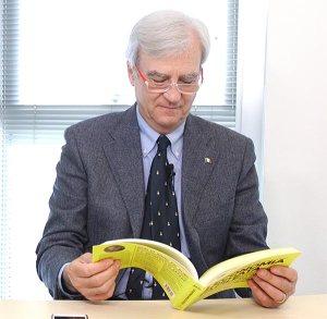 Antonio Maria Rinaldi legge il libro di economia spiegata facile