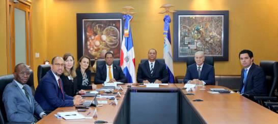 Superintendente de Bancos, Luis Armando Asunción muestra desempeño sistema financiero al FMI
