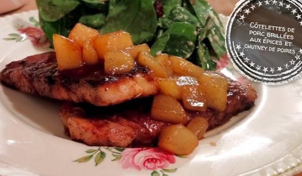 Côtelettes de porc grillées aux épices et chutney de poires