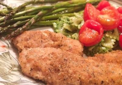 Repas de filets de poulet asperges et tomates sur une plaque