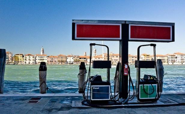 """Sur 1 379 stations d'essence contrôlées sur les routes italiennes, """"une sur cinq s'est avérée illégale"""". 500 000 litres d'essence ont été confisqués."""