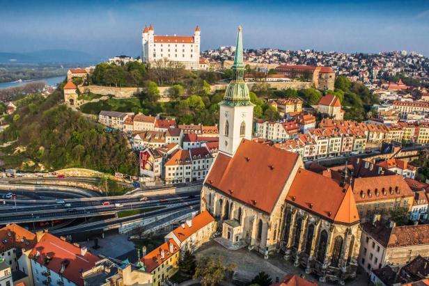 Dans le secteur des anciens appartements de deux pièces, la capitale de la Slovaquie, Bratislava, est la plus chère avec un prix moyen de 2 440 euros par mètre carré.