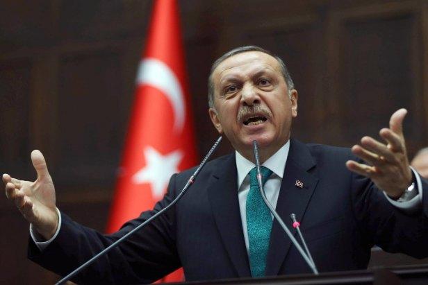 Une grande banque turque, Garanti Bank, a également déclaré dimanche qu'elle ne permettrait plus à ses clients d'ouvrir de nouvelles positions sur le marché des changes