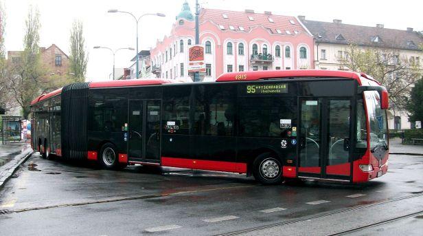 Mercedes-Benz_Capacity_leaving_a_bus_stop,_Bratislava_line_95.JPG