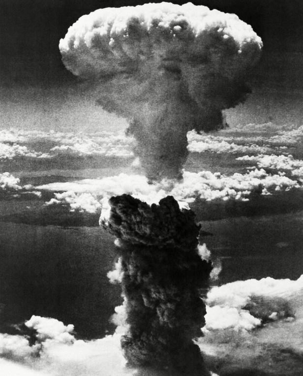 Un nuage de champignons se lève quelques instants après le largage de la bombe atomique sur la ville japonaise de Nagasaki, le 9 août 1945, trois jours après que les États-Unis eurent largué une bombe atomique sur Hiroshima.