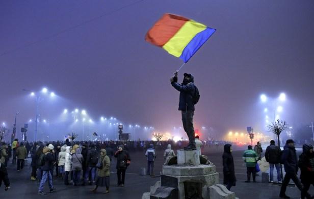 Le préfet de Bucarest, le Speranta Cliseru, qui a signé l'ordre d'intervention de la police anti-émeute, a également été convoqué au bureau du procureur mercredi.