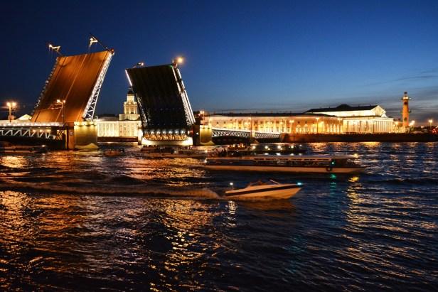 les ponts-levis à Saint-Pétersbourg