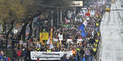 """Ensemble contre la loi de l'esclavage! """"; «Quand la dictature est un fait, la révolution est un devoir! """";"""" Nous ne serons pas la Chine de l'Europe! """""""