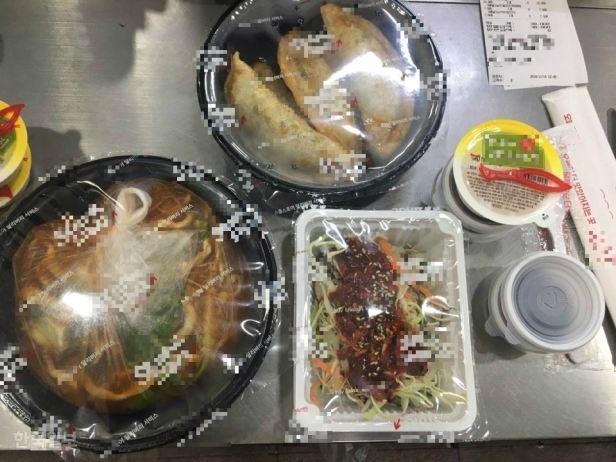 Les collations livrées via une application de service de livraison de nourriture sont placées dans des récipients en plastique.