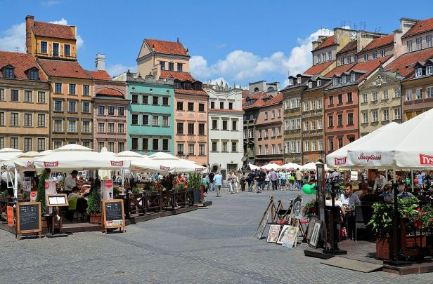 1200px-Warsaw_Old_Town_Market_Square_10