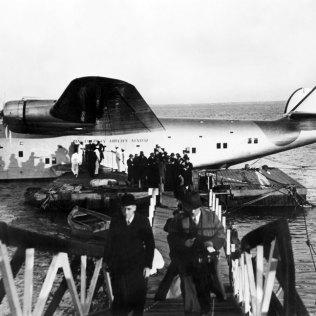 HANDOUT - 29.06.1939, Portugal, Lissabon: ARCHIV - Passagiere verlassen nach der ersten kommerziellen Atlantiküberquerung eine Boeing 314 des Luftfahrtunternehmens Pan Am. Vor 80 Jahren startete die US-Airline Pan Am den ersten Linienflugbetrieb über den Atlantik. Die Maschine mit dem Ziel Marseille startete am 28.06.1939 von Long Island (New York) aus und flog über die Azoren und Lissabon. ++ NUR SW ++ Foto: Pan Am/dpa - ACHTUNG: Nur zur redaktionellen Verwendung und nur mit vollständiger Nennung des vorstehenden Credits +++ dpa-Bildfunk +++
