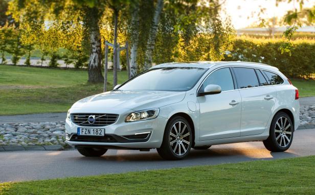 2016-Volvo-V60-Twin-Engine-01
