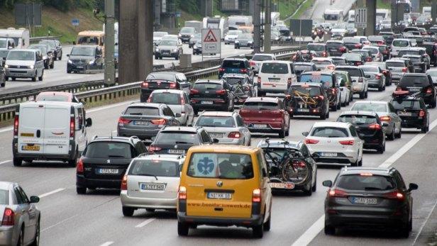 Stau auf der Autobahn 7 in Hamburg