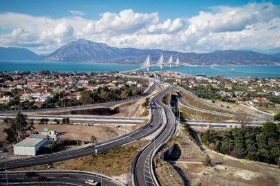 Der Aftokinitodromos 8 (griechisch f¸r ÃAutobahn 8Ã«) in Griechenland verbindet Athen mit der Hafenstadt Patras im Nordwesten des Peloponnes. Die Lâ°nge der Autobahnverbindung betrâ°gt 215 km (PatrasñAthen). Teilstrecken der Autobahn 8 bilden Bestandteile der Europastraï¬en 94, 65 und 55. Die A 8 passiert und tangiert die Stâ°dte und Ballungszentren Athen, Megara, Korinth und Patras. Im Bild: Knotenpunkt der A8 beim Ort Rio mit Anbindung zur Hâ°ngebr¸cke Rion-Antirion (benannt nach dem ehemaligen griechischen Politiker und Ministerprâ°sidenten - Charilaos Trikoupis), die den Peloponnes mit dem griechischen Festland verbindet. Neuer Autobahnknotenpunkt bei Rio PUBLICATIONxNOTxINxGRE ANE4701511