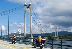 Motorräder auf der EuropastraÃe E39 an der Stord Hängebrücke oder Stordabrua über die Meerenge Digernessundet als Verbindung zwischen den Inseln Stord and Føyno, Stord, Norwegen, Europa | Verwendung weltweit, Keine Weitergabe an Wiederverkäufer.