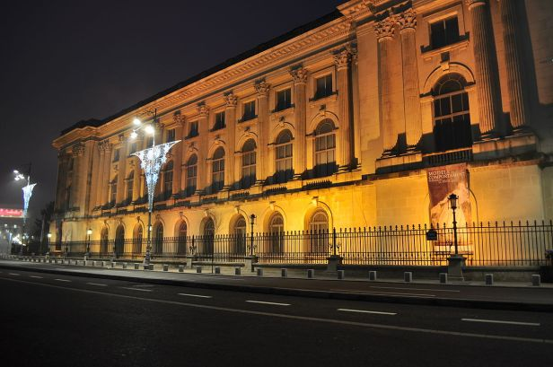 Bucharest_-_Palace_before_dawn_01