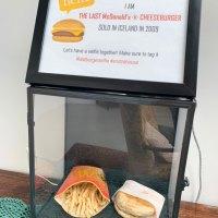 Ici, vous pouvez regarder des hamburgers et des frites