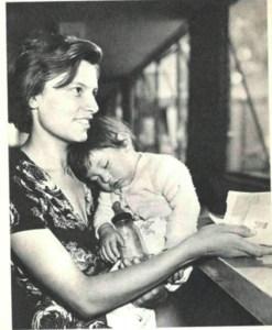Madre con cartilla de vacunación de su infante en un centro comunitario del IMSS alrededor de 1960