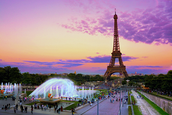 Eiffel tower in twilight with fountains in foreground