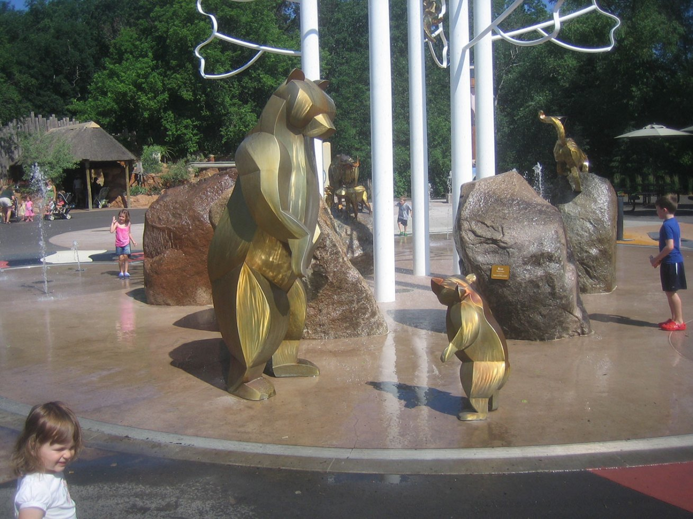 sculpture-monumental-bear-fountain
