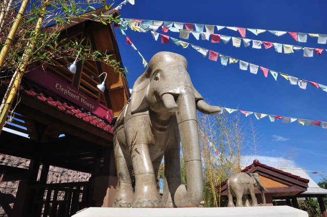 sculpture-monumental-elephant-flags