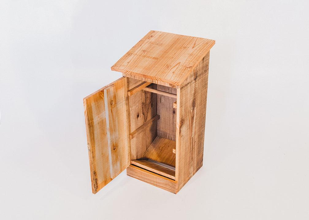 Hoornaarskast, gemaakt uit lariks. Deze nestkast is op maat gemaakt voor de hoornaar.