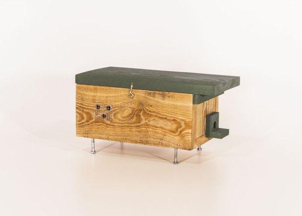 Hommelhuis, gemaakt uit lariks. Deze nestkast is op maat gemaakt voor de hommel.
