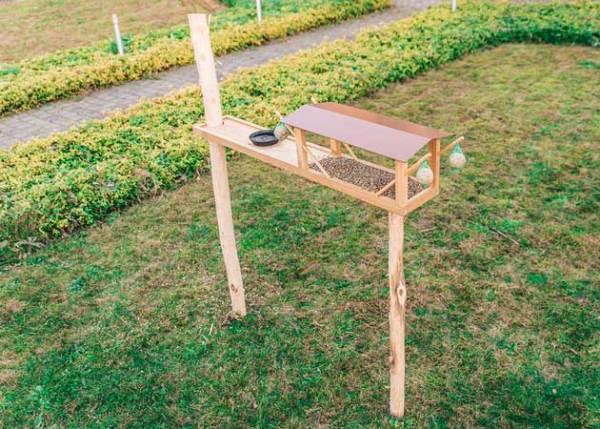 Voederpaal of voederhuis voor spechten, mezen en andere tuinvogels