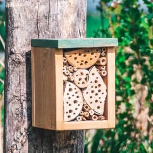 klein insectenhotel hangend aan paal