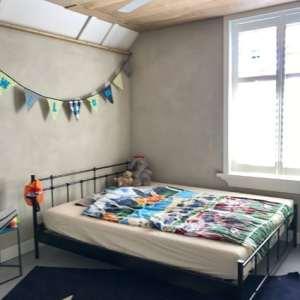 witte basisleem in slaapkamer Elshout