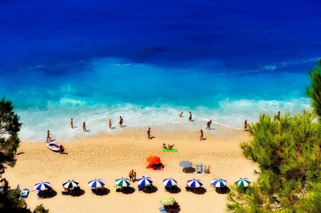 COVID-19: Πρόσθετα μέτρα για τον τουρισμό και τις μεταφορές ζητούν οι Ευρωβουλευτές