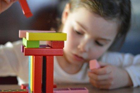 enfant qui joue à un jeu d'empilement