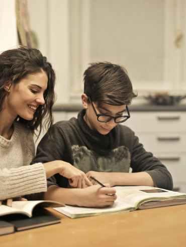 maman qui aide son fils à améliorer son écriture